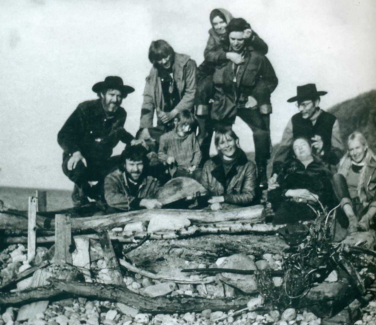 Künstlergruppe auf Rügen: Lutz Brandt (links außen), darunter Lutz Rudolph mit Familie, Matthias Frotscher (rechts) um 1970.