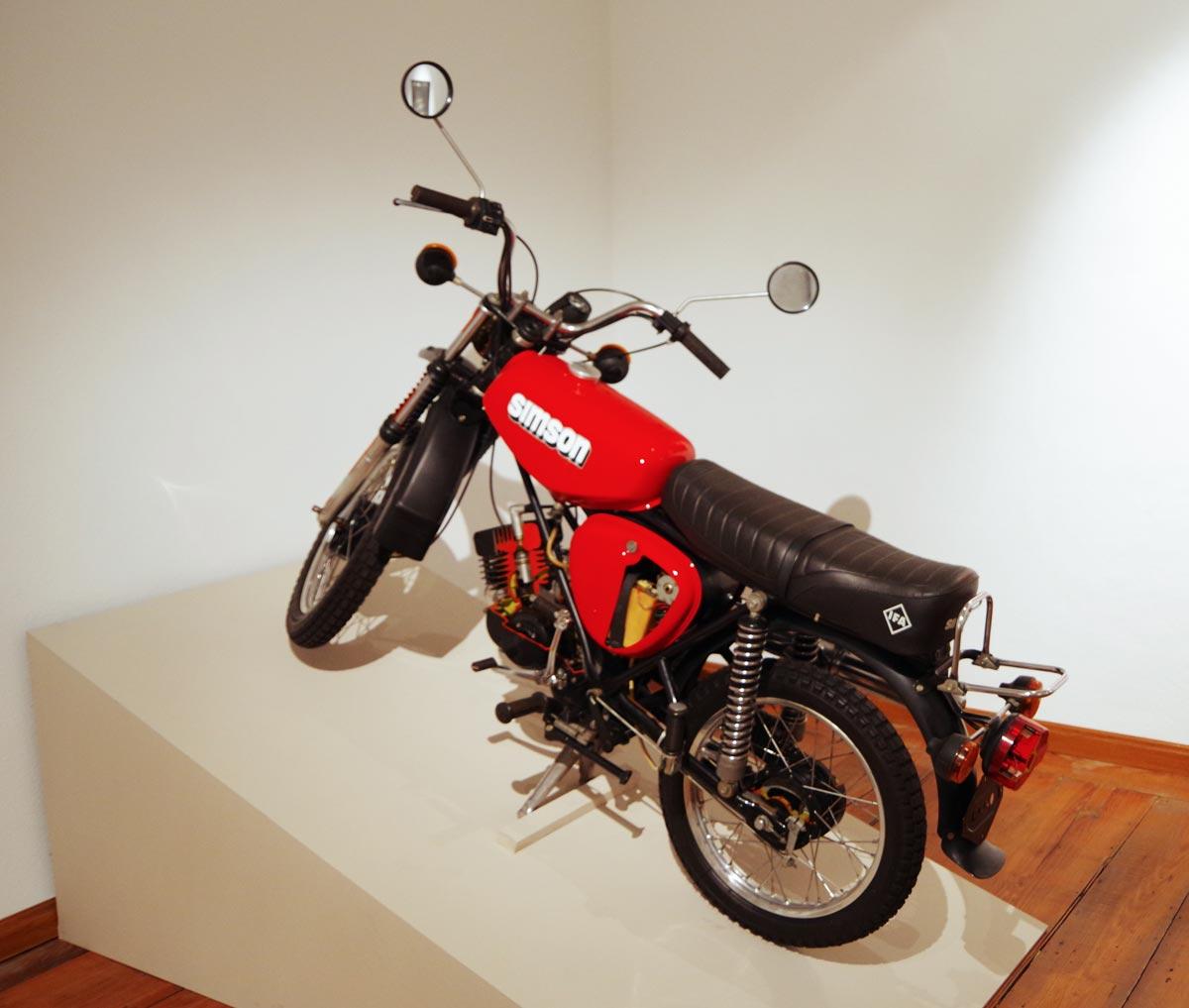 Im VEB Fahrzeug- und Jagdwaffenwerk Suhl beginnt die Serienfertigung des Mokick Simson S 50 B. Das sportliche Zweirad wird ein großer Erfolg. Aus der Zusammenarbeit mit dem Fahrzeughersteller, die 1975 beginnt und 1988 endet, entstehen eine Reihe von Mopeds und Motorrollern.