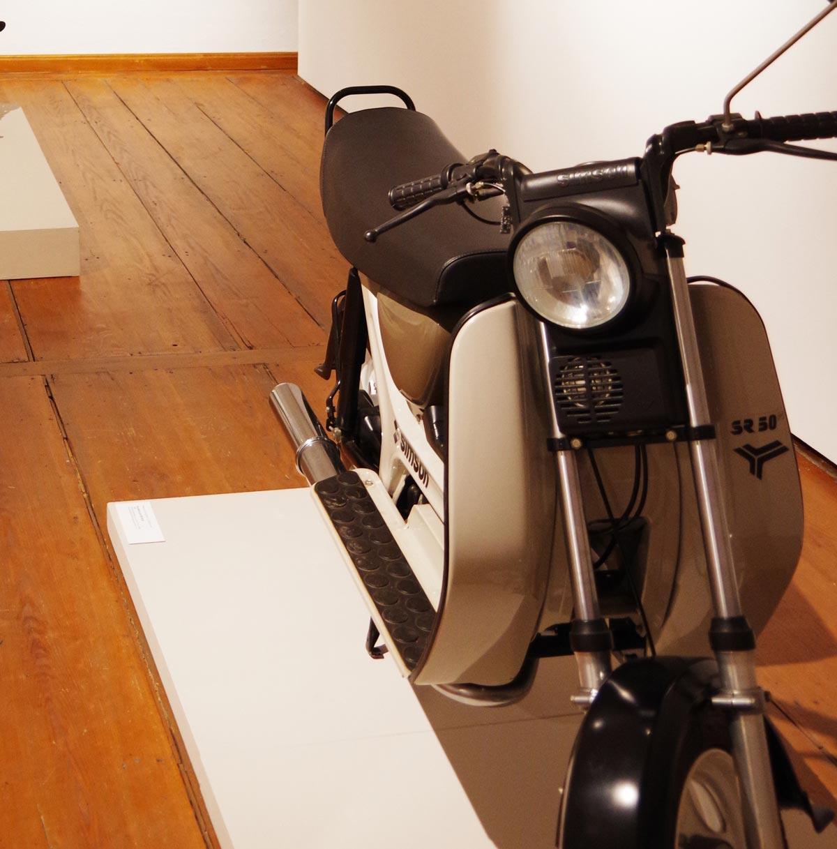 Motorroller Simson SR 50 B. Ausstellungsansicht, Museum für Angewandte Kunst Gera. Entwurf Lutz Rudolph und Clauss Dietel.