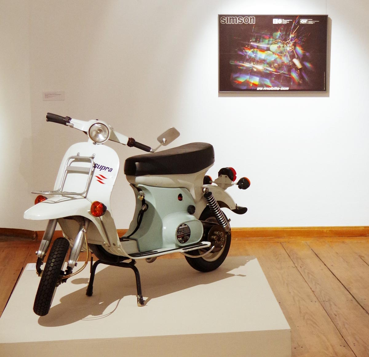 Motorroller Supra. Ausstellungsansicht, Museum für Angewandte Kunst Gera. Entwurf Lutz Rudolph und Clauss Dietel.