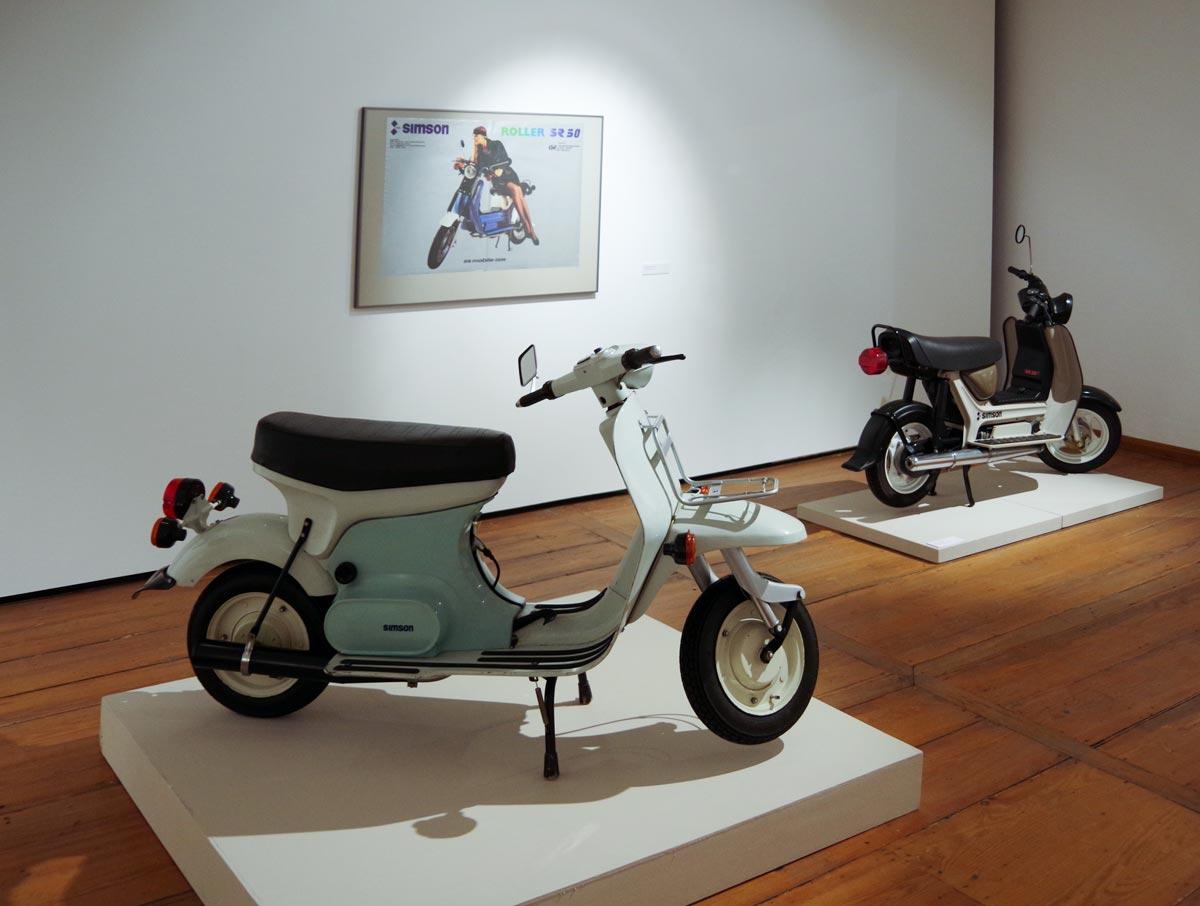 Motorroller Supra und Simson SR 50 B. Ausstellungsansicht, Museum für Angewandte Kunst Gera. Entwurf Lutz Rudolph und Clauss Dietel.