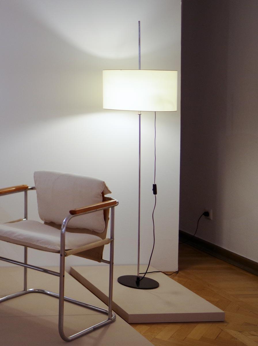 """Bereits 1961 gelingt Lutz Rudolph mit der Stehleuchte Typ 8428 Kontrast (VEB Leuchtenbau Lengefeld) ein Produkt, das als """"Ikone des DDR-Funktionalismus"""" bezeichnet wird."""