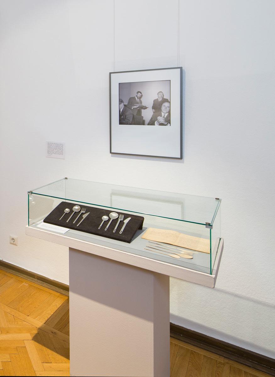Ausstellungsvitrine mit Besteck M 140, 1961Lutz Rudolph (VEB Auer Besteck und Silberwarenwerke ABS) und zeitgenössischen Kommentaren dazu (Faximile). Foto: Christoph Beer