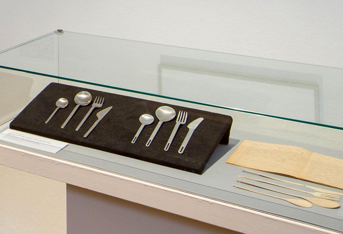 Ausstellungsvitrine mit Besteck M140, 1961 Lutz Rudolph (VEB Auer Besteck und Silberwarenwerke ABS) und zeitgenössischen Kommentaren dazu (Faximile). Foto: Christoph Beer