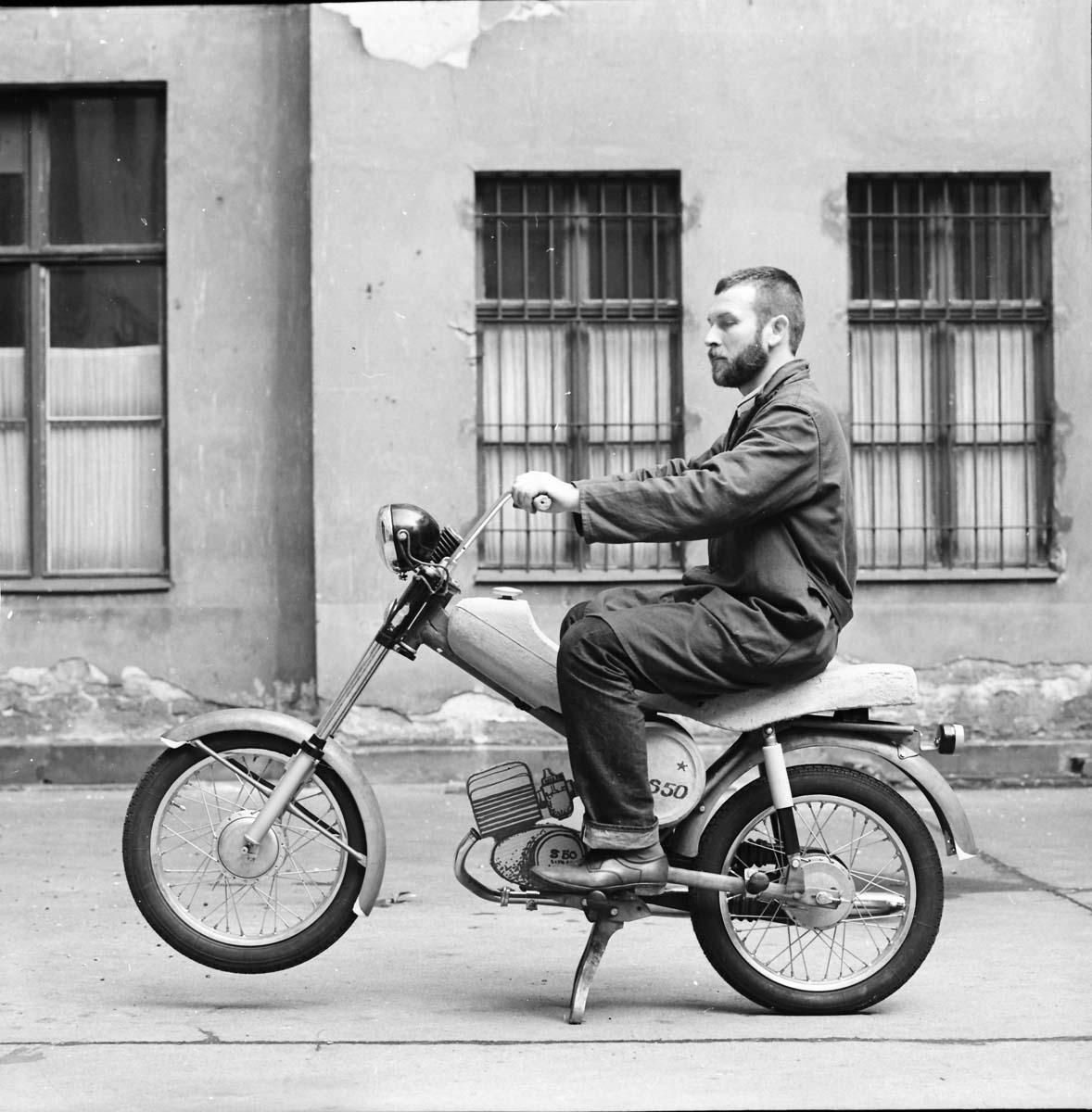 Lutz Rudolph sitzt in Berlin auf einem der Entwürfe für den S50 probe. Kontrolle nach ergonomischen und gesundheitlichen Vorgaben.