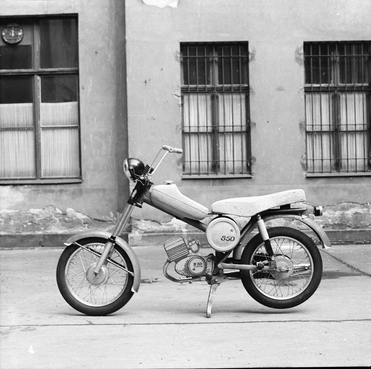Entwurfsmodell für den S50 stehend auf dem Hof des Ateliers von Lutz Rudolph in Berlin am Helmholtzplatz in Prenzlauer Berg in den 60er Jahren; man beachte den Motorblock.
